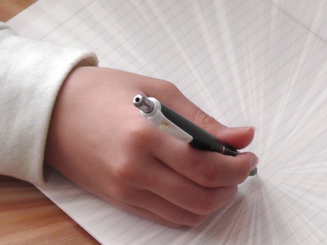 勉強する手とペン